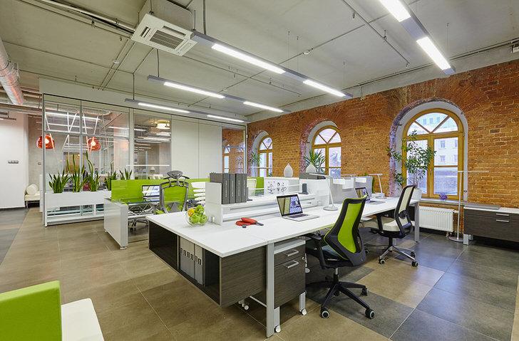 Для оформления офиса в стиле лофт использовано много живой зелени, что делает помещение уютным и настраивает сотрудников на рабочий лад.