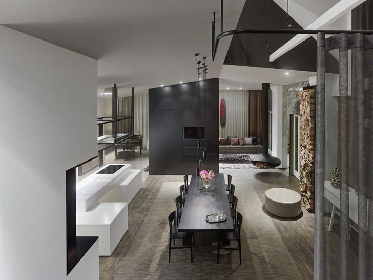 Оформление гостиной в лофт стиле. Для декора используются материалы имитирующие металлическую поверхность.