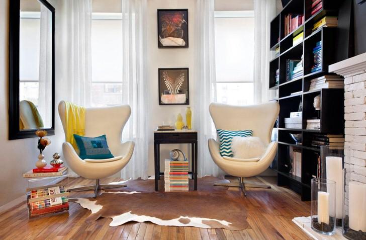 Диковинные кресла необычной формы в стиле эклектика. Полочки с множеством книг в уголке для заядлого читателя.