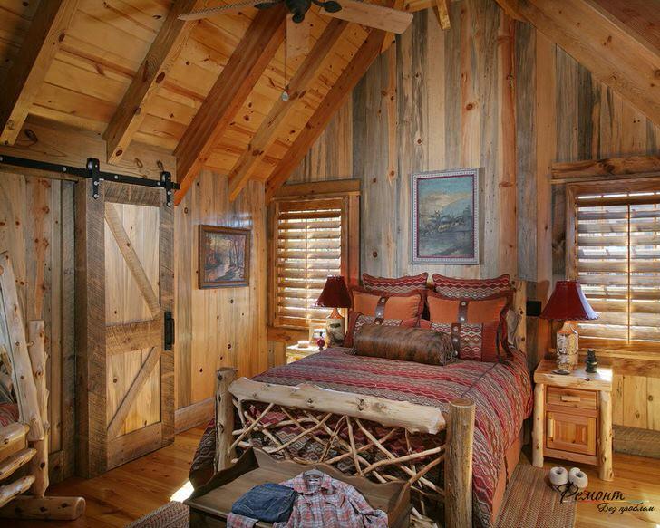Спальня в стиле кантри в небольшом охотничьем домике на севере Франции.