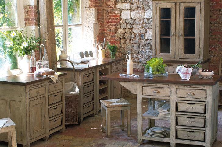 Яркий пример стиля лофт. Стена на кухне имитирует разрушенную, но реконструированную поверхность. Промышленный лофт умело объединен с интересной классической кухонной мебелью.