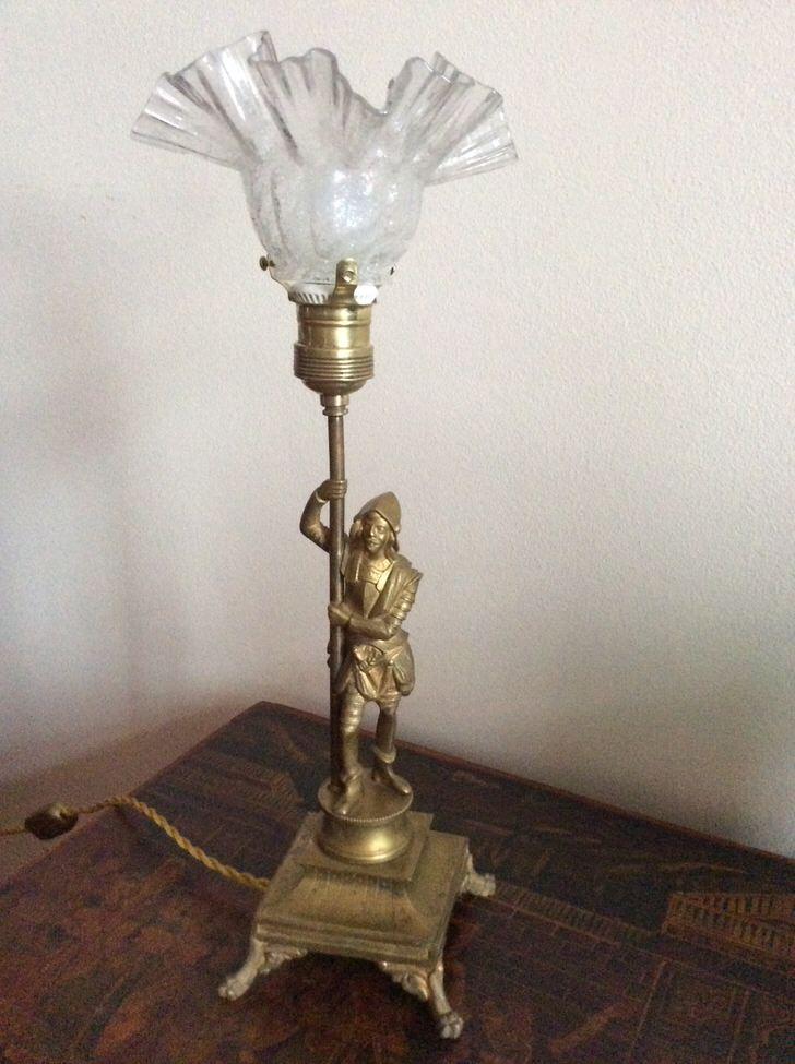 Стилизованный канделябр с плафоном - креативный светильник для прикроватного столика.