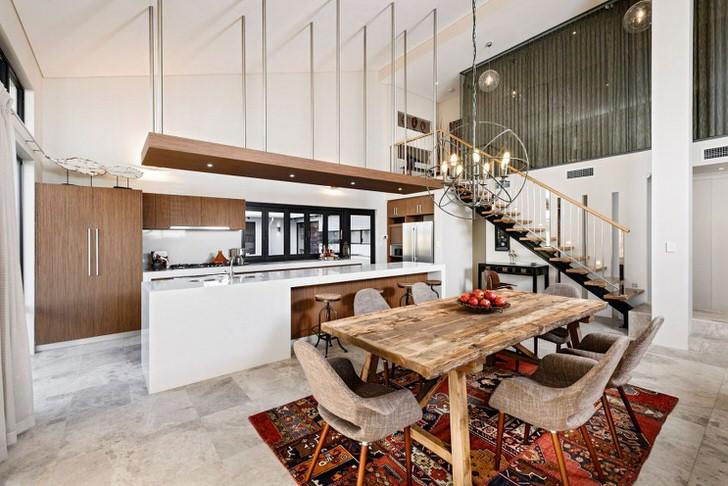 Стильная кухня в стиле лофт не перегружена деталями. Функциональный и практичный кухонный гарнитур делит пространство на рабочую и обеденную зону.