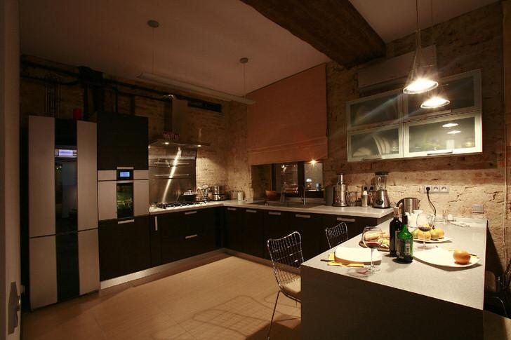 Черновая отделка стен свидетельствует о присутствии стиля лофт в оформлении интерьера. Кухонный гарнитур лаконичен, прост, скромен, но функционален.