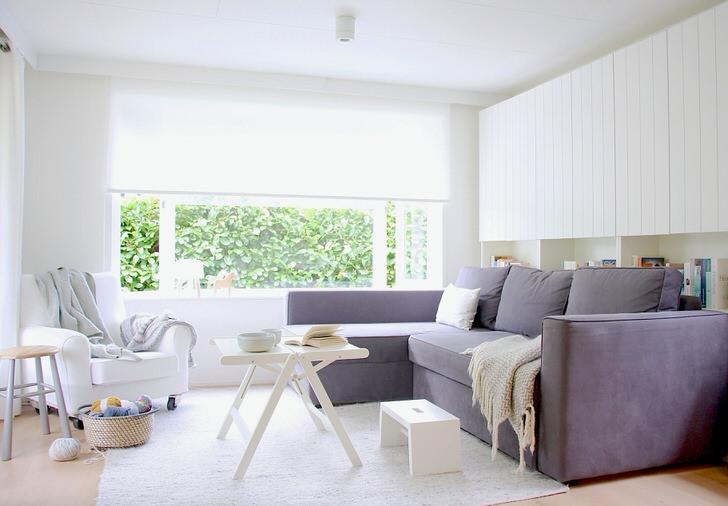 Сочетание белого и серого цветов всегда смотрится выгодно, особенно, если речь идет о скандинавском стиле. Гостиная с мягкой мебелью просторная и светлая.