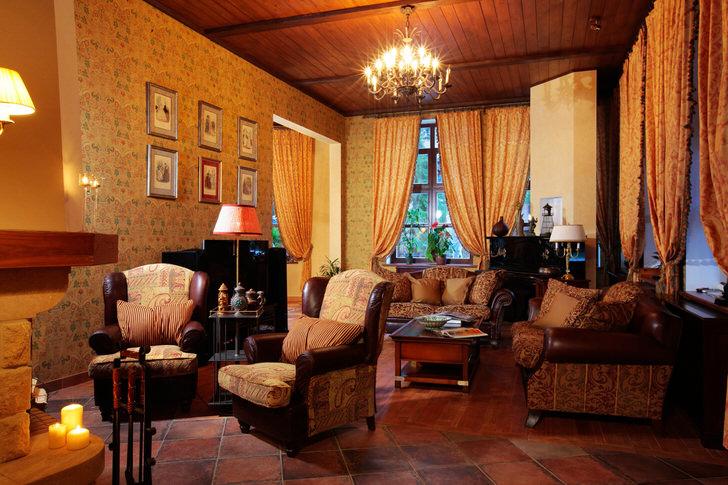 Светло-бежевые теплые оттенки всегда выгодно смотрятся в интерьере в стиле кантри. С их помощью любое помещение можно сделать уютным и комфортным.