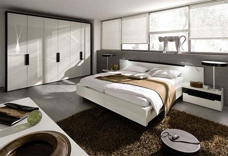 Семейная спальня в стиле модерн. Для спальной комнаты была грамотно подобрана мебель. Стену в изголовье кровати полностью занимают окна одинакового размера.