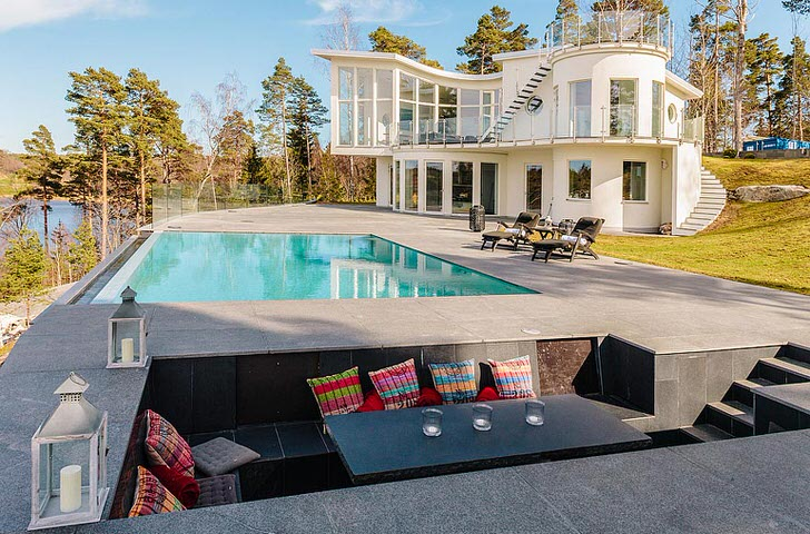 Основной особенностью можно назвать панорамные окна по всему периметру дома.