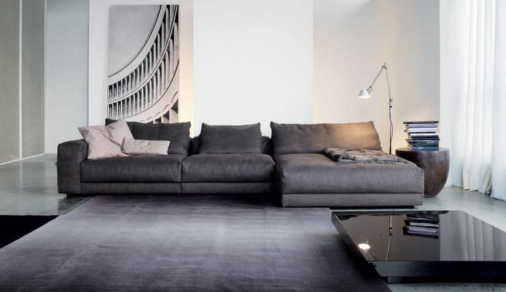 Уютные модульные диваны для интерьера гостиной в стиле минимализм. Мешковатость модульных конструкций сглаживает строгость просторной гостиной.