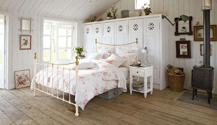 Спальная комната для юной леди в доме зажиточной французской семьи. Эксклюзивная мебель и каминная топка, как нельзя лучше вписываются в интерьер, выполненный в деревенском стиле.