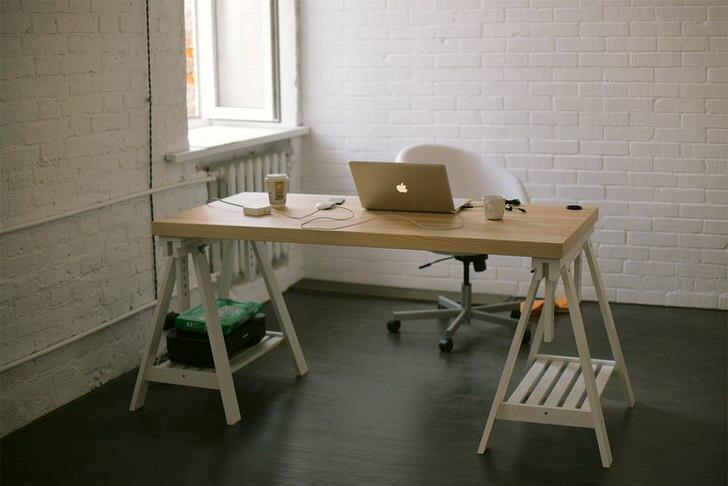 Лаконично оформлено рабочее место. Белый лофт - выбор творческих, но в меру сдержанных людей.