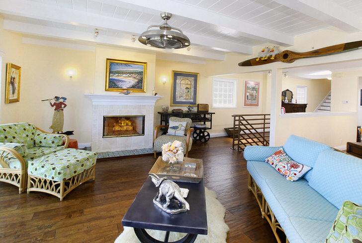 Комната для гостей в модерн стиле украшена камином.