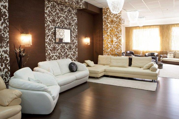 Контрастное сочетание темно-коричневого и белого цвета - классическое решение для оформления комнаты для гостей в ампир стиле.