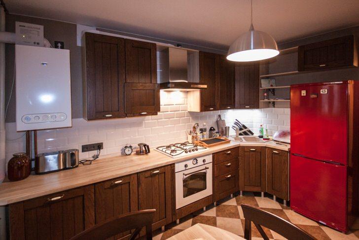 Сочетание бордового и темно-коричневого цвета смотрится эксцентрично и вызывающе. Стильная кухня для уверенных в себе людей.