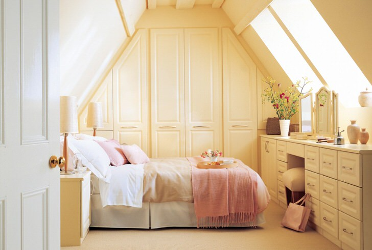 Спальня в деревенском стиле оформлена в нежно-розовых и бежевых тонах.