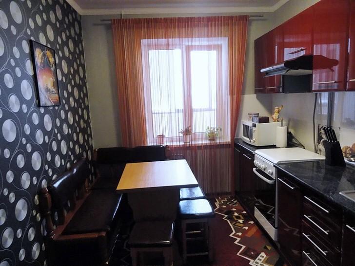 Контраст красного и черного удачно сочетается на кухне площадью 12 квадратных метров.