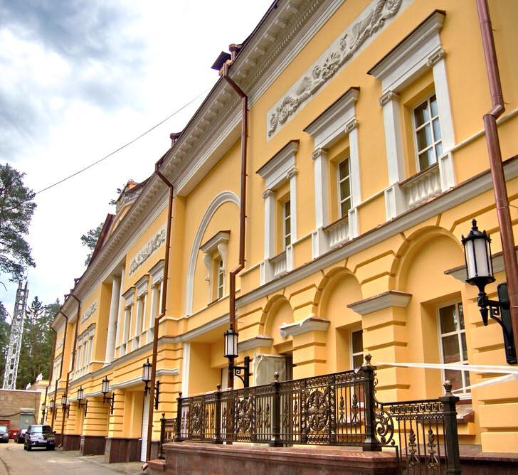 Белоснежная фасадная лепнина использована для оформления здания государственного значения.
