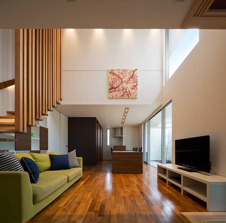 Лакированная паркетная доска - изысканное украшение интерьера гостиной в модерн стиле.