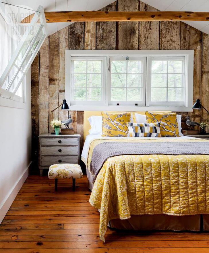 """Хозяйка жилища, скорее всего, относится к числу рукодельниц. Деревенский стиль в спальне приветствует стеганные одеяла, наволочки в стиле """"пэчвор"""" и прочие творения ручной работы."""