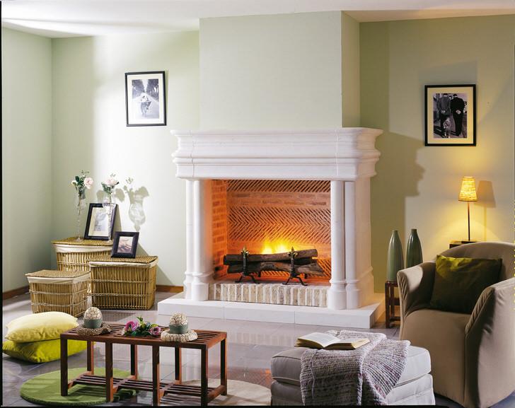 Белоснежный дровяной камин в гостиной