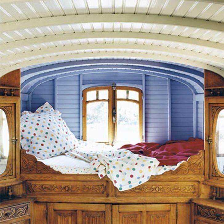 Минимум деталей в спальне в деревенском стиле. Дизайнер выбрал необычное место расположения для кровати. Небольшое ложе прямо у окна - идеальная кровать для мечтателей.