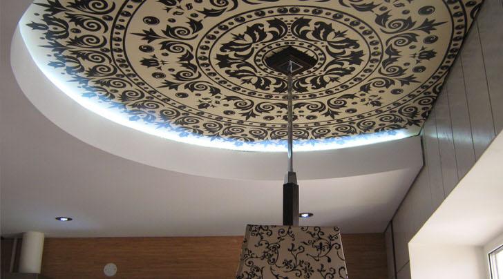 Удачный вариант натяжных потолков с фотопечатью для кухни в стиле кантри.