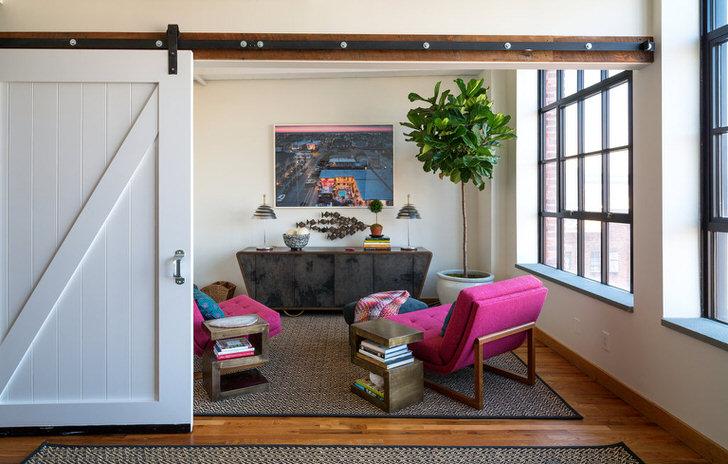 Белый лофт гармонично смотрится с мягкой мебелью цвета фуксии.