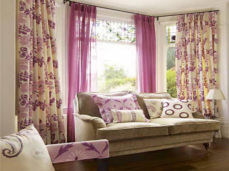 Нежные, красочные цветочные принты на шторах - удачный вариант для оформления гостиной в деревенском стиле.