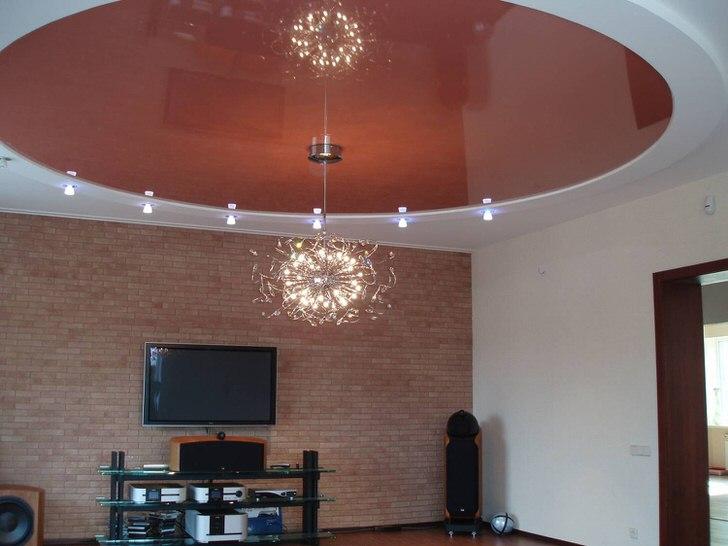 Одноярусный натяжной потолок в гостиной в обычной городской квартире.