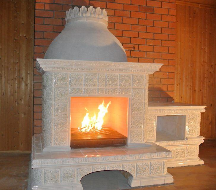 Белоснежный камин в стиле модерн станет украшением любого лаконичного, сдержанного интерьера.