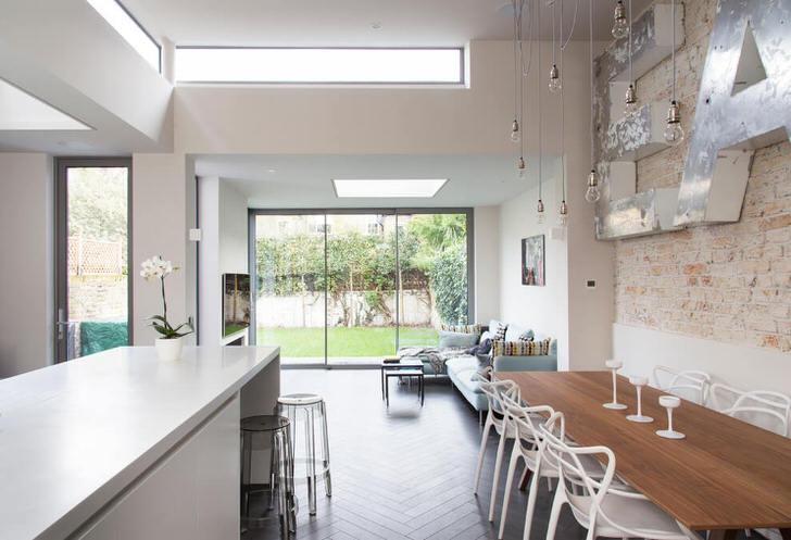 Стильная кухня в стиле современный лофт. Для оформления использовались преимущественно светлые оттенки, от чего комната становится просторной и светлой.