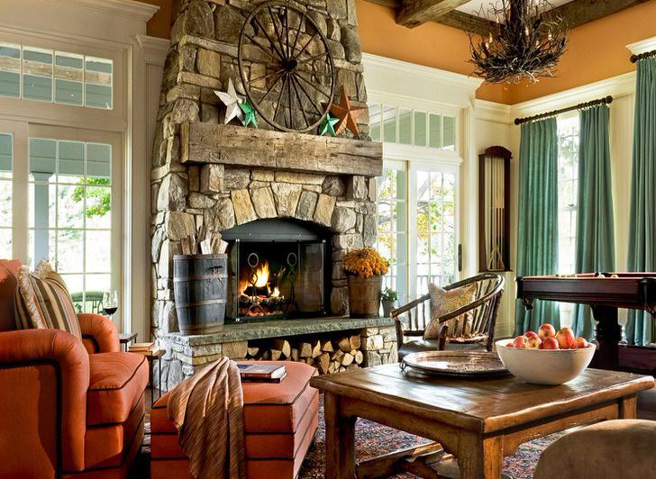 Просторная гостевая комната в загородном доме в кантри стиле. Примечательны большие окна с деревянными рамами и огромный камин, обделанный природным камнем.