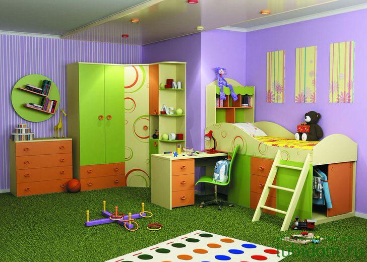 Для детской комнаты отлично подойдет корпусная модульная мебель зелено-оранжевого цвета. Яркие акценты органично смотрятся в общей композиции интерьера.