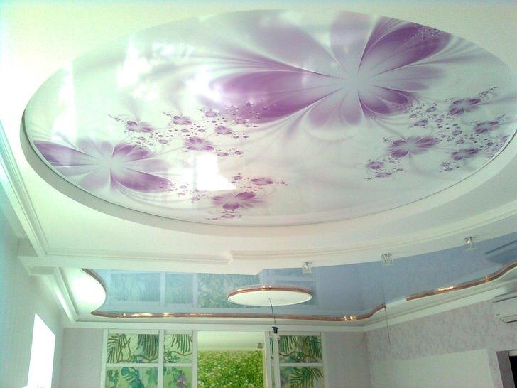 Натяжные потолки с фотопечатью органично сочетаются с правильно подобранным освещением.