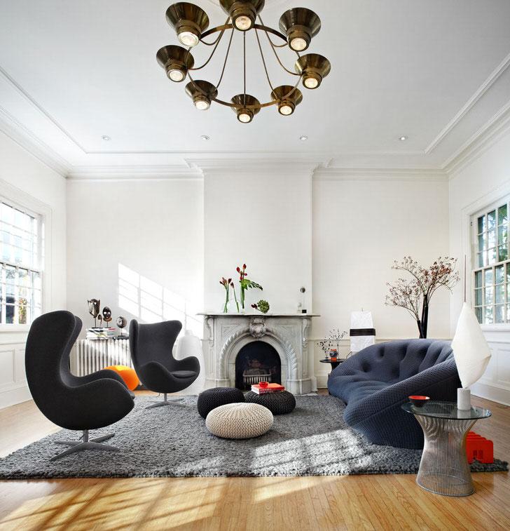 Лаконичный интерьер гостиной в стиле эклектика. Простота, размеренность, стиль смешались во едино в каждой детали.