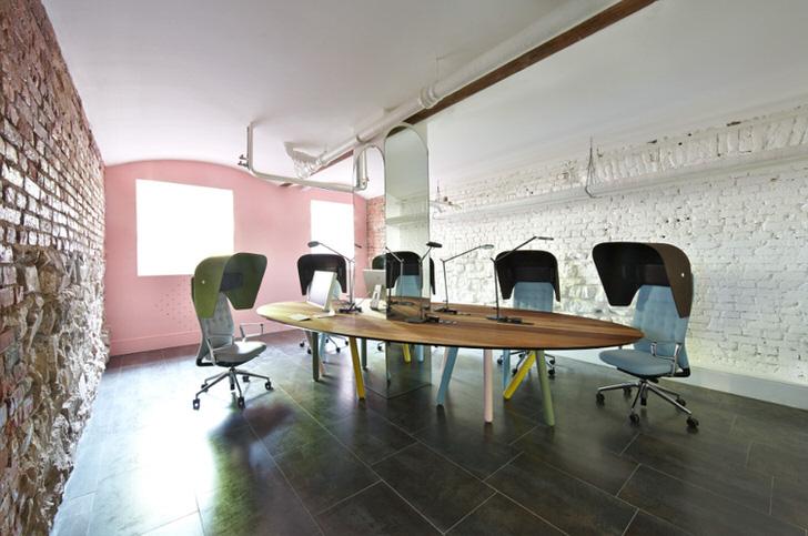 Офис в стиле лофт оформлен знающим дизайнером. В соответствии со стилем стены отделаны кирпичом.