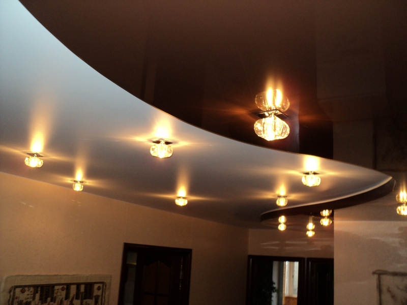 Изысканный потолок для просторной гостиной особенно актуален в условиях недостаточного естественного освещения.