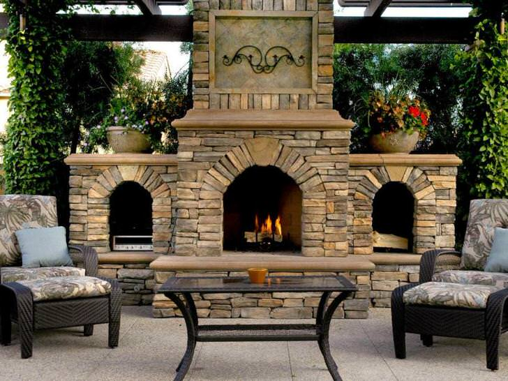Камин для двора оформлен в соответствии со стилем кантри. Для отделки каминной топки был использован кирпич.