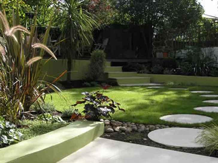 Садовая дорожка из белых окружностей большого диаметра изысканно смотрится в общей композиции.