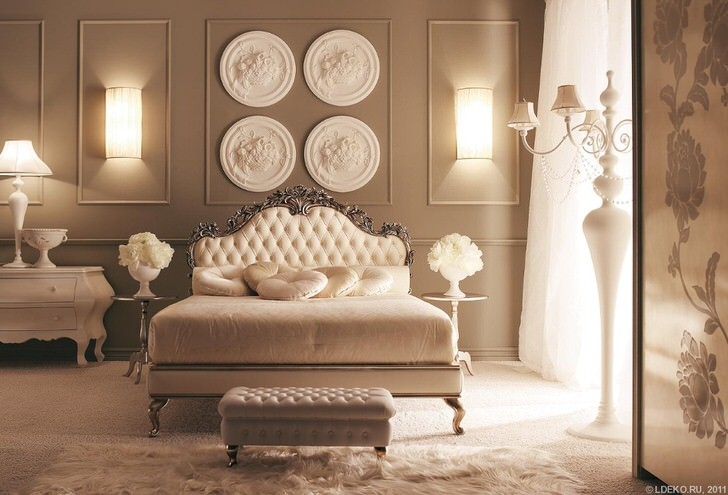 Пример идеально подобранного освещения для спальной комнаты в стиле неоклассика.