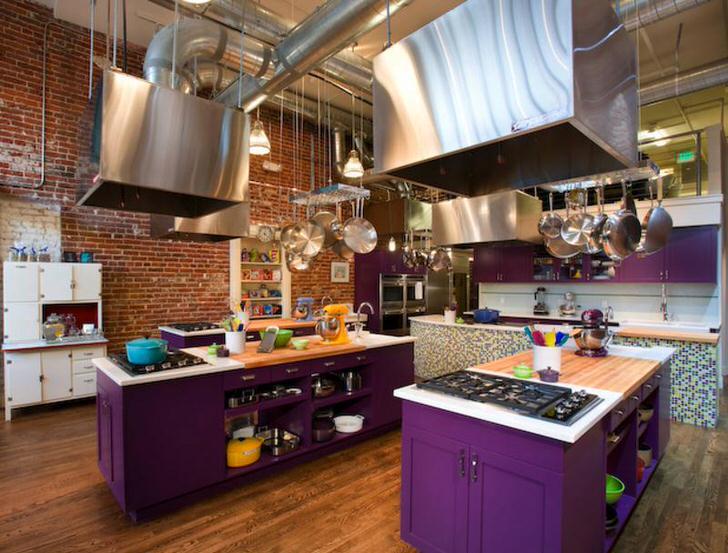 Кухонный гарнитур ярко-фиолетового цвета - необычное решение для лофт стиля.