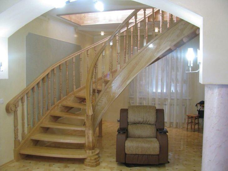 Изящная лестница с оригинальным дизайном. Конструкция лестницы выполнена из благородного светлого дуба.