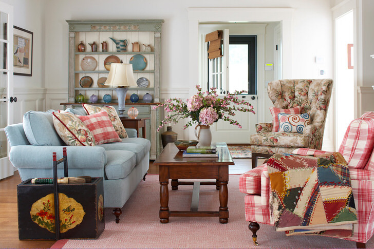Скандинавский прованс - идеальный вариант для оформления гостиной в загородном доме. Обстановка семейного уюта и тепла позволит расслабиться и отдохнуть в неформальной обстановке.