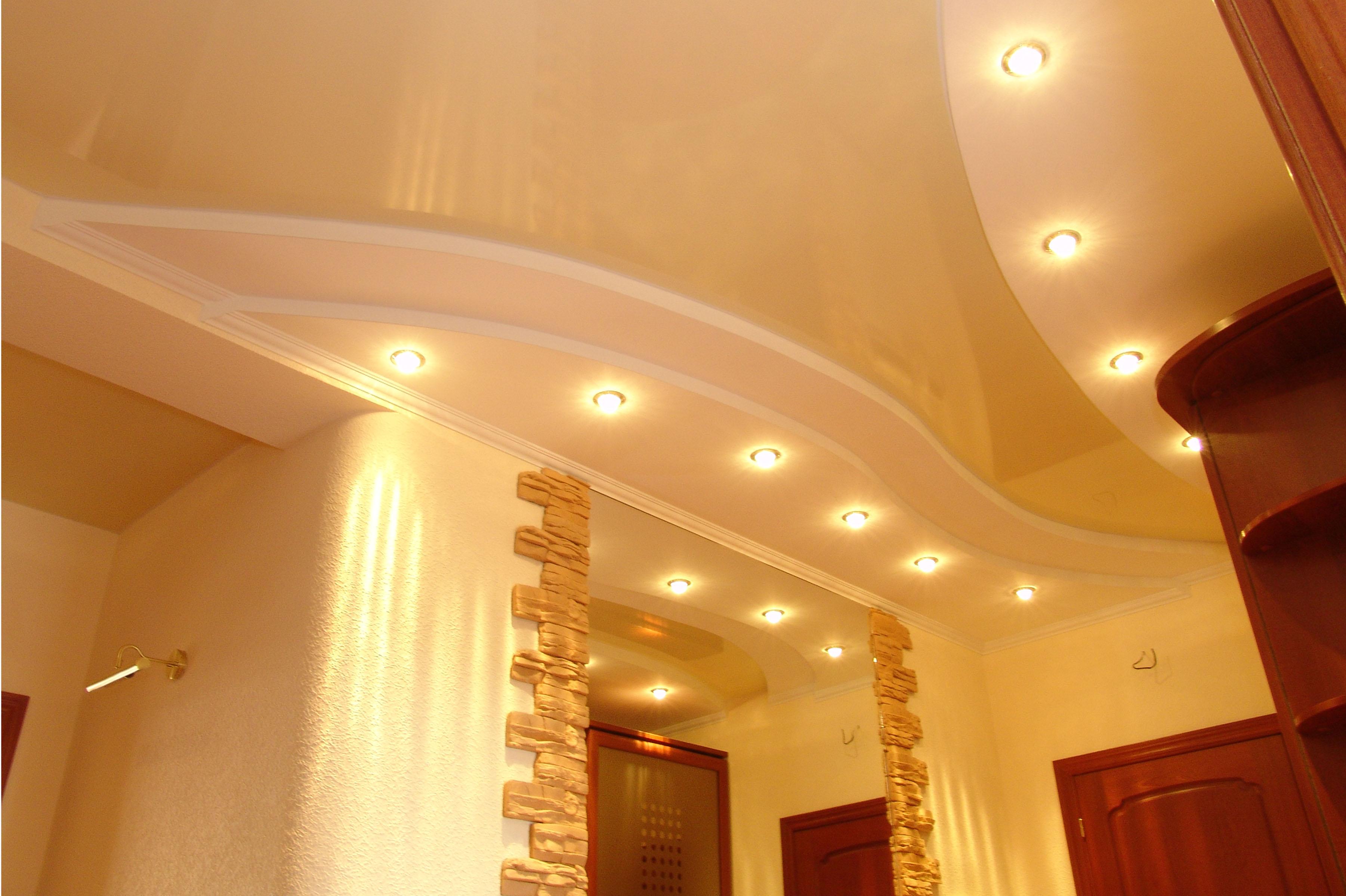Правильно оформлен потолок в прихожей. Точечное освещение - максимально приемлемый вариант для натяжных потолков ПВХ.