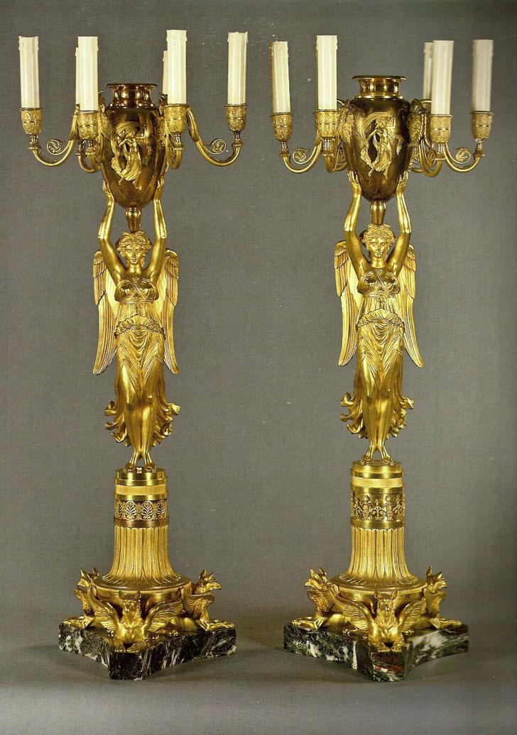 Пара одинаковых канделябров золотого цвета украсит спальню в стиле барокко.