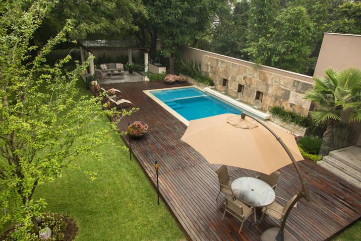 Сад в стиле модерн с бассейном. Уютно организованная территория для отдыха под открытым небом.
