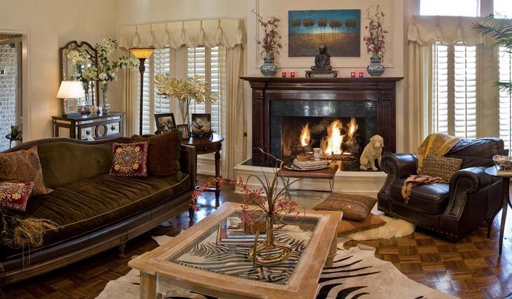 Стиль эклектика в роскошной, просторной гостиной. Интерьер с большим камином смотрится помпезно и дорого.