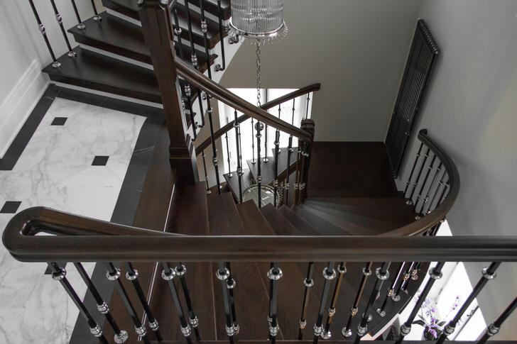 Роскошная парадная лестница цвета благородного венга(дерево в Африке) для роскошного дома.
