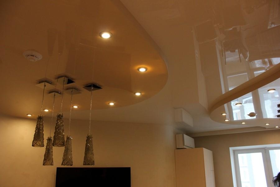 Двухуровневый натяжной потолок ПВХ в гостиной городской квартиры. Концептуальное освещение - удачный дизайнерский ход.