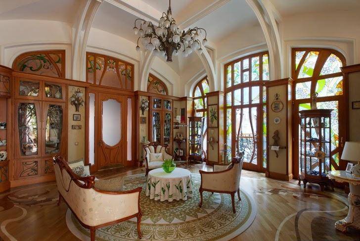 Гостиная в большом доме испанской семьи оформлена в модерн стиле. Уютная комната для вечерних посиделок в кругу друзей или семьи.